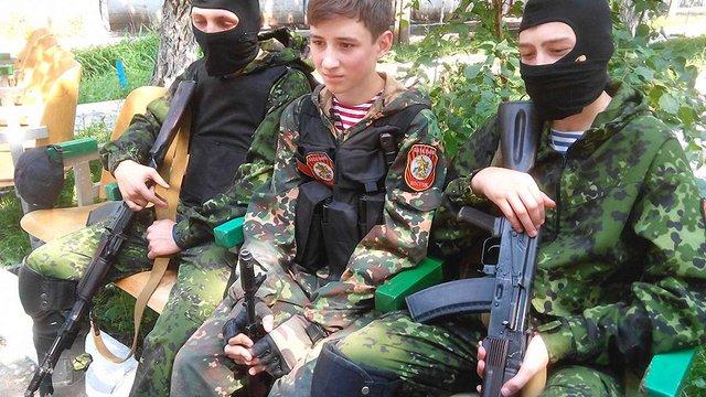 Бойовики на Донбасі активно вербують дітей у спеціалізованих таборах