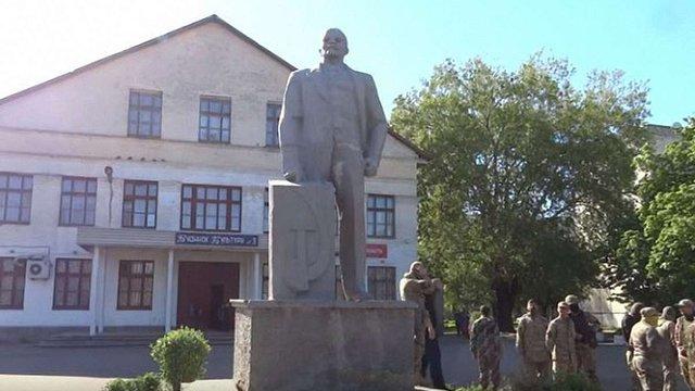 Під час демонтажу пам'ятника Леніну на Одещині місцеві жителі побилися з бійцями «Азову»