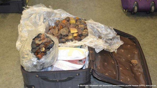 В харківському аеропорту затримали двох громадянок Китаю із 35 кг бурштину