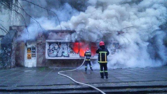 У центрі Львова зранку гасили пожежу в закинутій будівлі