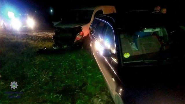 Нетверезий водій на Львівщині влетів в автівку на узбіччі