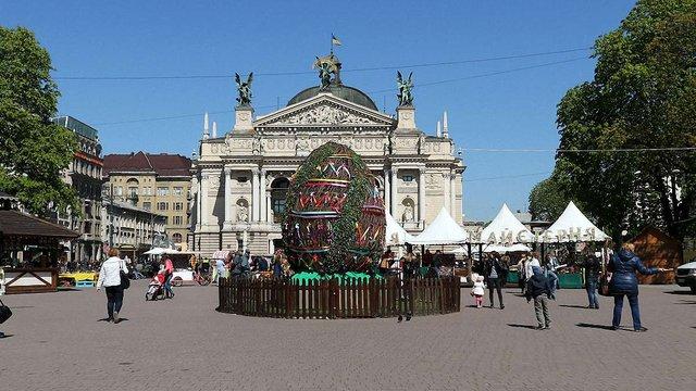 Безпритульний пес загриз декоративних кролів на великодньому ярмарку в центрі Львова