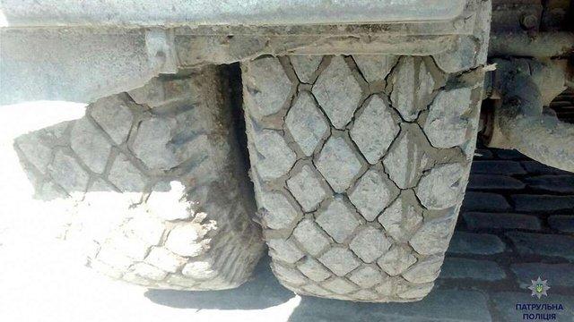 Львівські патрульні оштрафували водія вантажівки за забруднення дороги