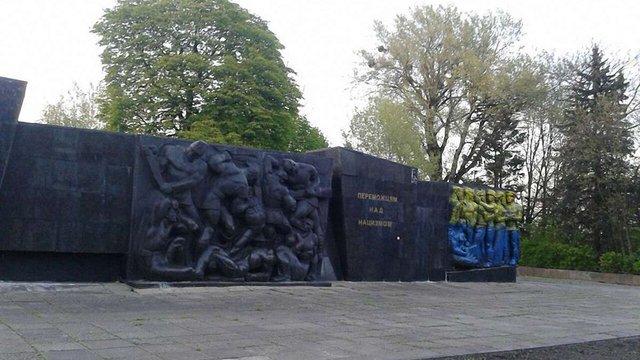 Монумент слави у Львові розмальовували у жовто-сині кольори