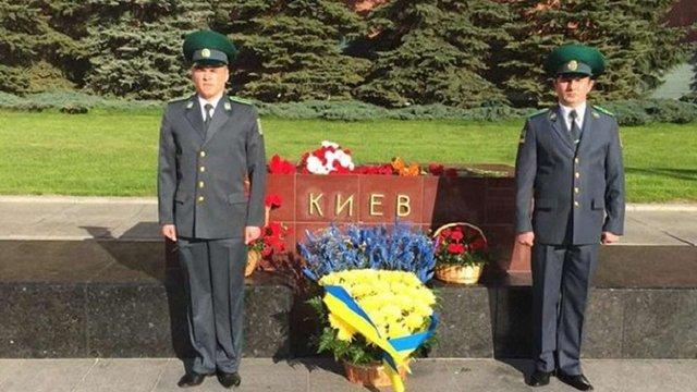 Посольство України в РФ поклало жовто-сині квіти біля стели місту-герою Києву в Москві