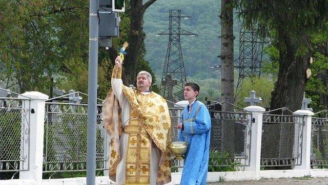 На Івано-Франківщині троє священиків освятили світлофор