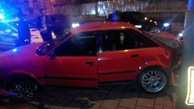 У Львові вночі автомобіль вилетів з дороги на автобусну зупинку