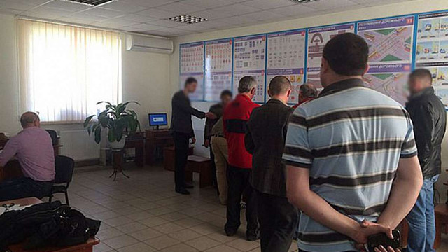 В Івано-Франківську затримали працівників автошколи, які вимагали ₴5 тис. хабара