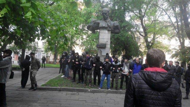 Праворадикали спробували знести пам'ятник Тудору у центрі Львова