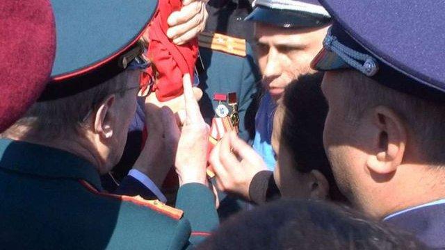 У Черкасах між ветеранами і активістами виникла бійка за червоний прапор
