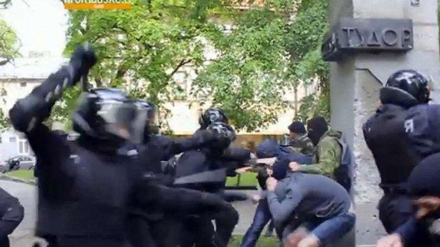 Під час сутичок біля пам'ятника Тудору у Львові постраждали двоє поліцейських
