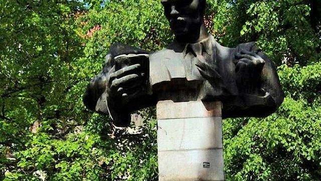 У Львові створять робочу групу для вирішення долі пам'ятника письменнику Тудору