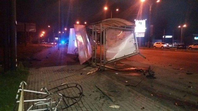 У Львові внаслідок ДТП автомобіль протаранив зупинку