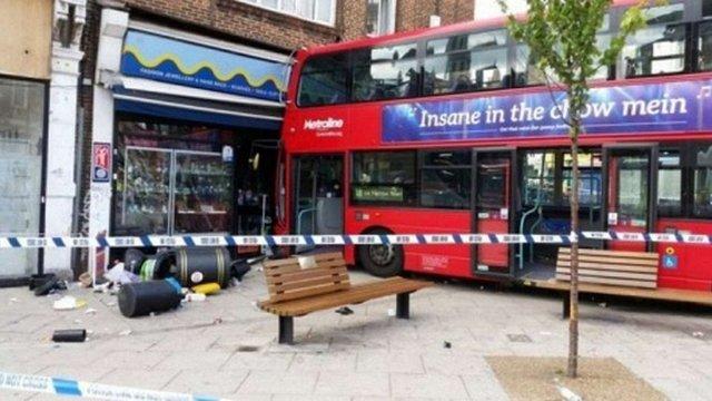 У Лондоні двоповерховий автобус в'їхав у магазин: 17 постраждалих