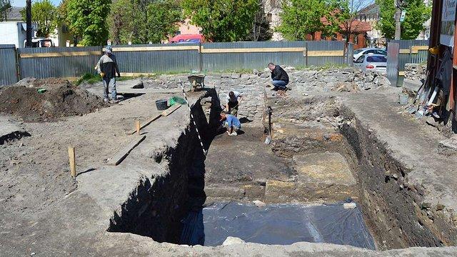 Під час археологічних розкопок у Жовкві виявили автентичні оборонні мури