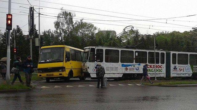 У Львові у ДТП потрапили маршрутка і трамвай
