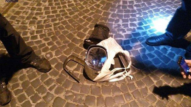 Львівські патрульні затримали злодія, який зірвав дзеркала з позашляховика