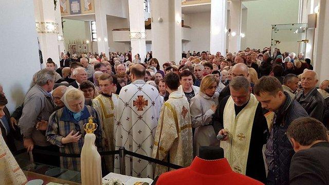Тисячі людей вшанували реліквії святого Івана Павла ІІ у Львові