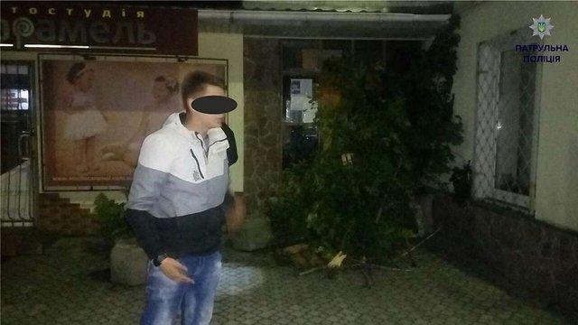 У Винниках затримали двох хлопців, які забарикадували вхід до міськради
