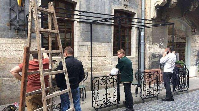 У центрі Львова під час встановлення літнього майданчика пошкодили будинок XVIII ст.
