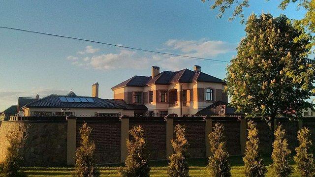 Дружина заступника начальника львівської податкової збудувала розкішний маєток під Львовом