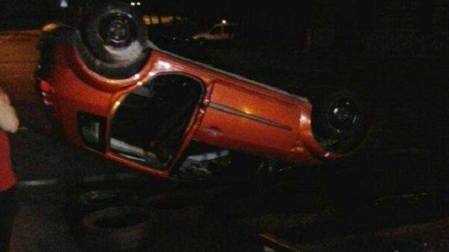 Внаслідок зіткнення двох автівок у Львові одна з них перекинулась на дах
