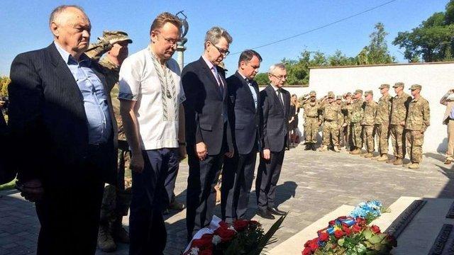 Посол США в Україні та мер Львова вшанували загиблих американських пілотів