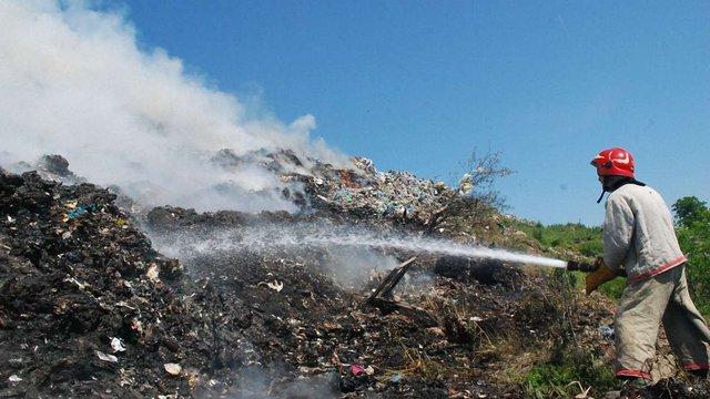 Пожежу на Грибовицькому сміттєзвалищі досі не вдається загасити