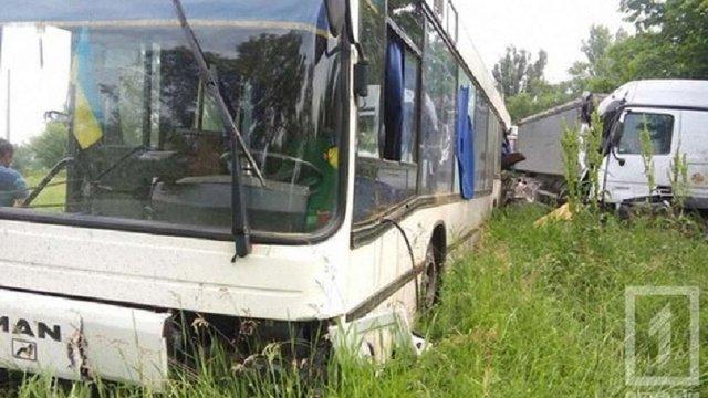 У Кривому Розі фура в'їхала в автобус з пасажирами на зупинці громадського транспорту
