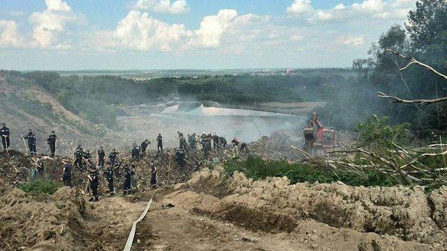 Пожежники, яких засипало на Грибовицькому сміттєзвалищі, ймовірно уже загинули