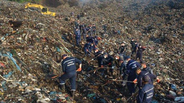 Рятувальники припускають, що під завалами на сміттєзвалищі може бути четверо людей