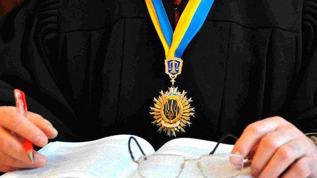 Порошенко пропонує невідкладно підвищити зарплати суддів