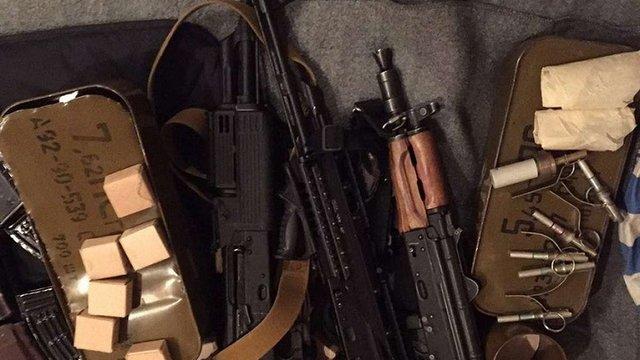 У Маріуполі в поліцейських вилучили незаконний арсенал зброї