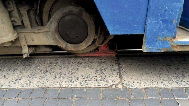 У Львові патрульні зупинили несправний трамвай, який летів на швидкості і вдарив автівку