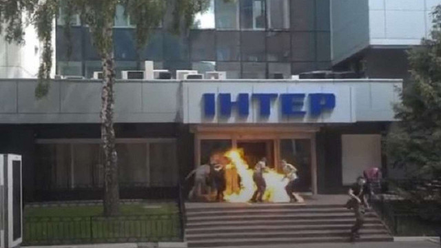 Невідомі підпалили шини біля входу в офіс телеканалу «Інтер»