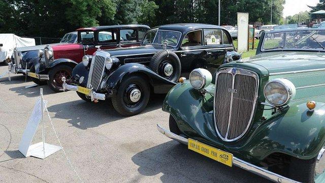 У Парку культури відкрилась виставка ретро-автомобілів