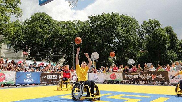 Баскетболісти на візках влаштували показову гру у центрі Львова