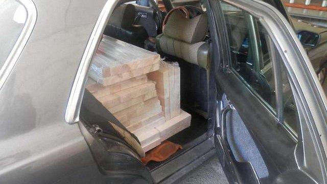 Прикордонники виявили 3 тис. пачок контрабандних цигарок всередині спеціальних дощок