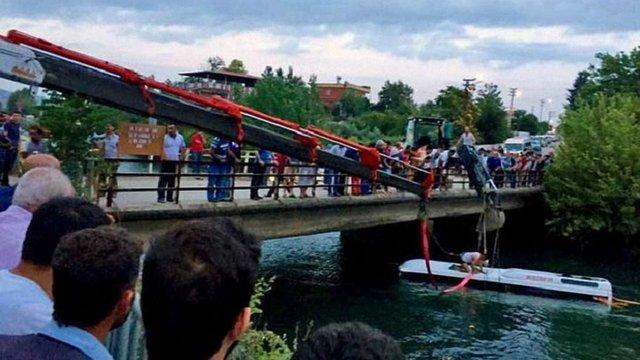 У Туреччині автобус впав у канал, загинули 14 людей