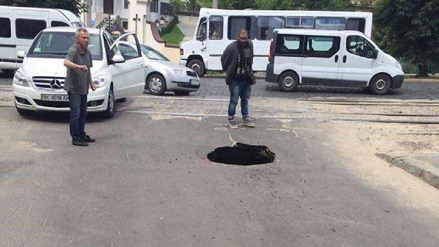 На вулиці Черемшини у Львові провалився асфальт