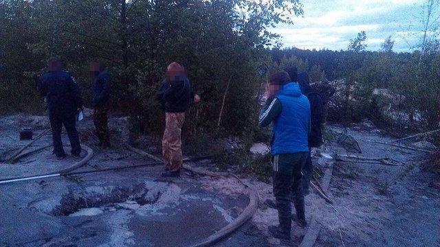 На Житомирщині затримали чергову групу бурштинокопачів