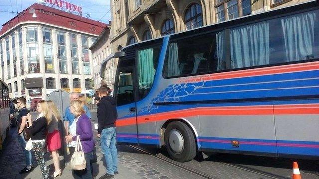 У центрі Львова рейсовий автобус збив на переході жінку
