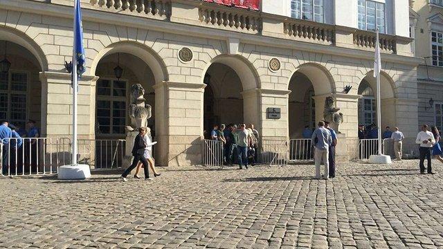 Вхід до Львівської міськради перекрили турнікетами