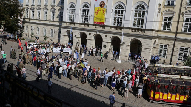 Біля Львівської міськради зібралися близько сотні протестувальників