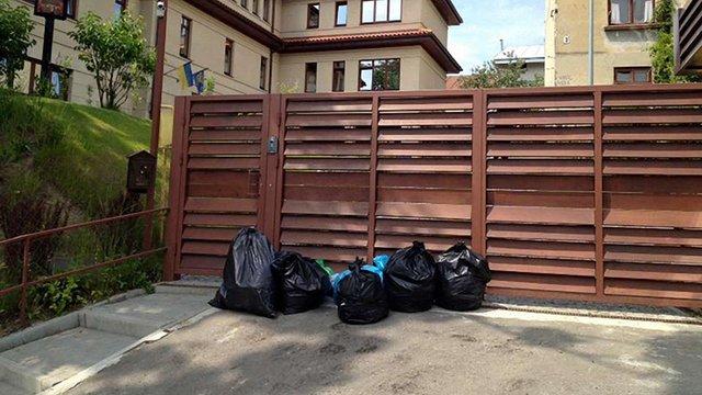 Активісти «Автономного опору» знесли під будинок Садового пакети зі сміттям