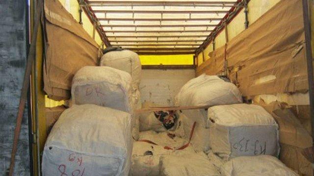 Львівські митники вилучили понад півтори тонни секонд-хенду з-за кордону