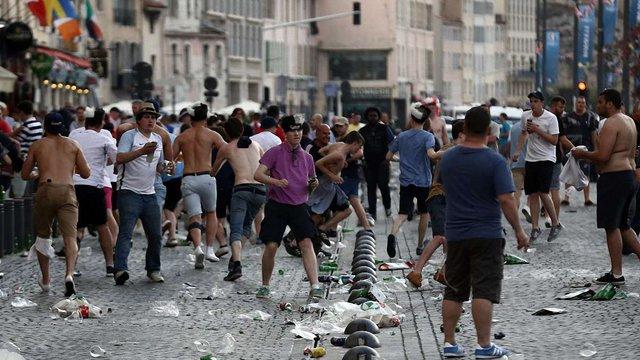 Англійські та російські вболівальники влаштували кілька масових бійок у Марселі