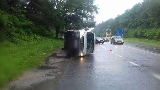На трасі Львів-Краковець через зіткнення з легковиком перекинувся мікроавтобус