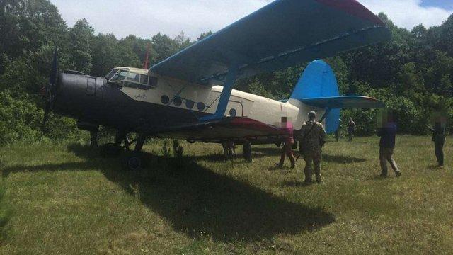 СБУ вилучила літак, яким контрабандисти возили до Європи бурштин, сигарети та зброю