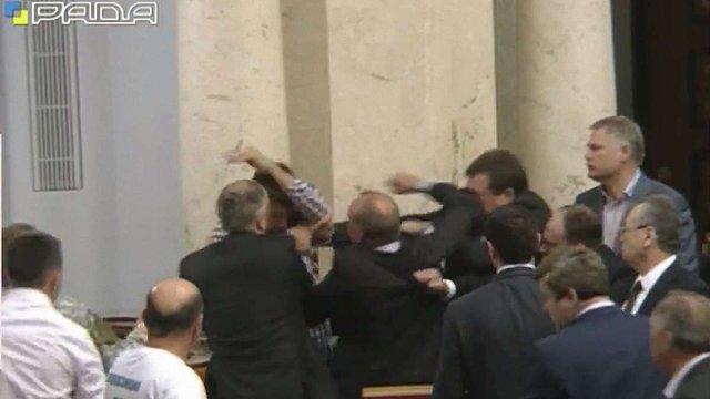 Володимиру Парасюку розбили обличчя у залі Верховної Ради